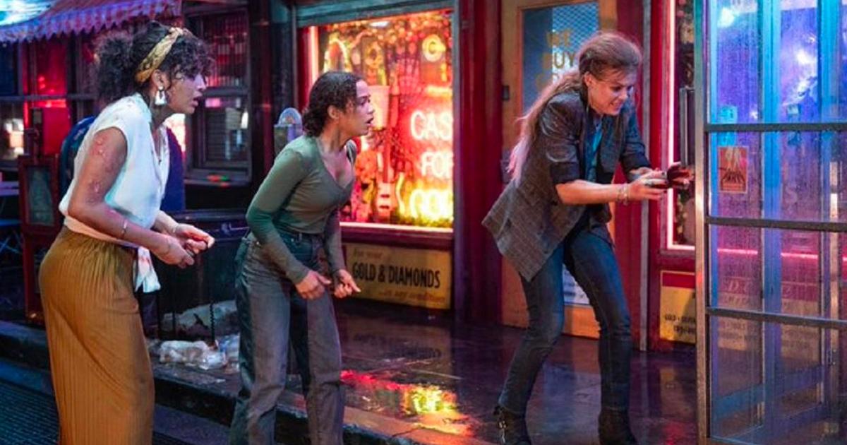 tre donne cercano di uscire da una porta - nerdface