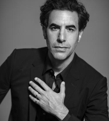 un ritratto in bianco e nero, mentre mette la mano sul petto - nerdface