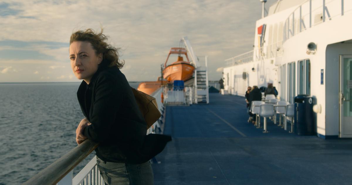 la protagonista è su un traghetto e guarda il mare - nerdface