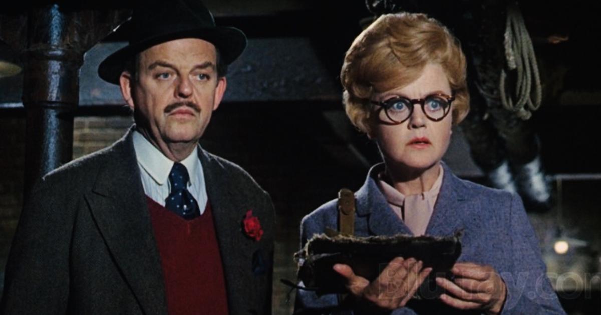 angela lansbury e david tomlinson guardano stupiti davanti a sé - nerdface