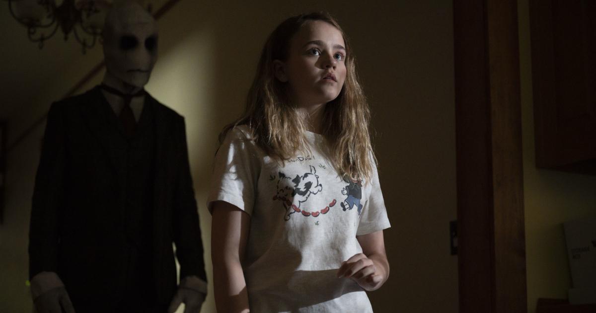una bambina in pigiama non si accorge dell'uomo nero alla sue spalle - nerdface
